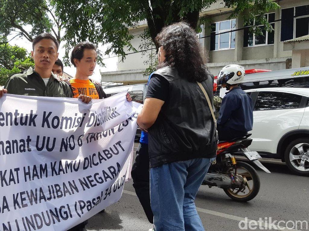 Penyandang Disabilitas di Bandung Aksi Jalan Mundur 4 Kilometer
