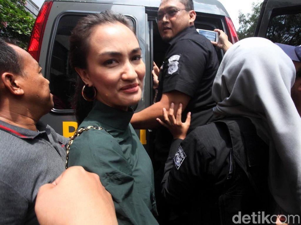 Atiqah Hasiholan Harapkan Keadilan untuk Ratna Sarumpaet