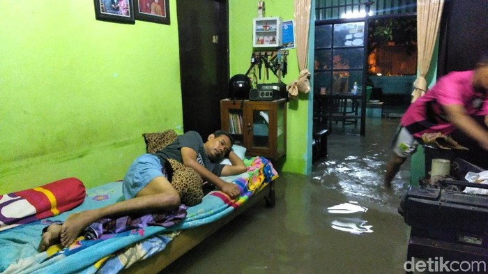 Curhat Warga Surabaya yang Rumahnya Kebanjiran
