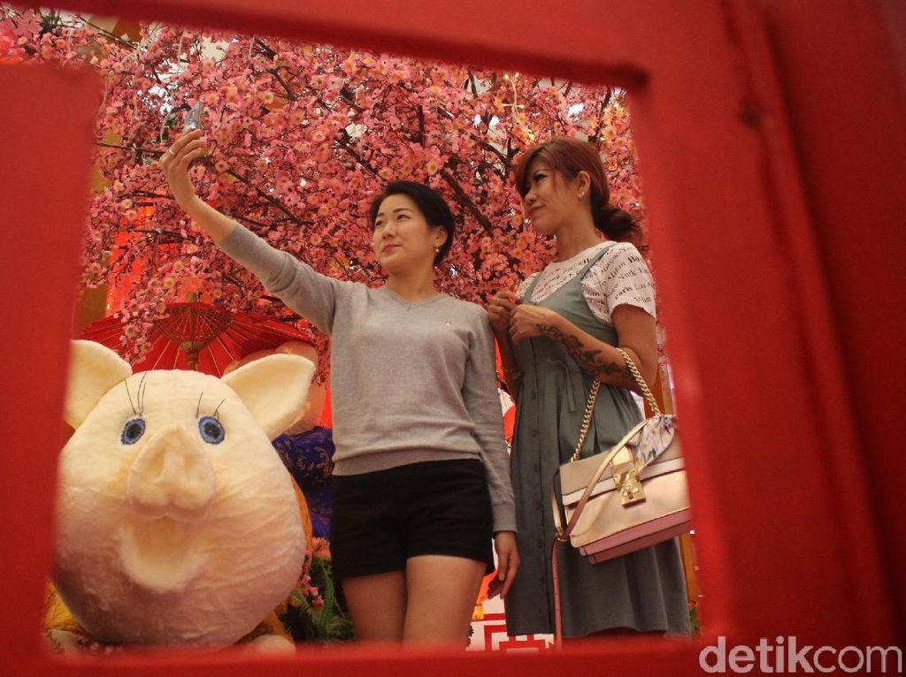 Merah Merona Jelang Imlek di Pusat Perbelanjaan