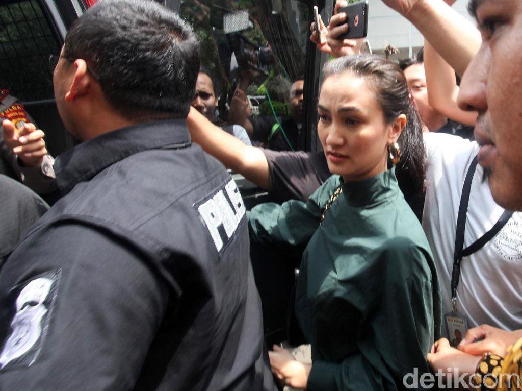 Ratna Sarumpaet Jalani Sidang Perdana, Atiqah Hasiholan Minta Doa