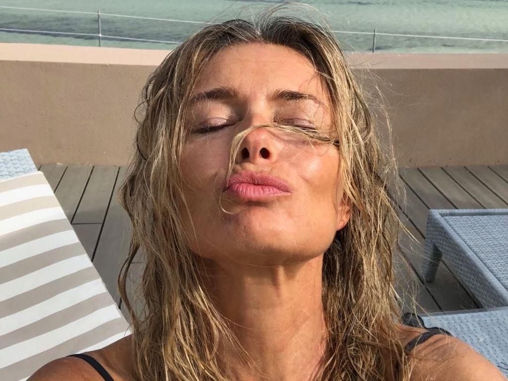 Pakai Bikini, Model Paulina Porizkova Pamer Tubuh Seksi di Usia 56