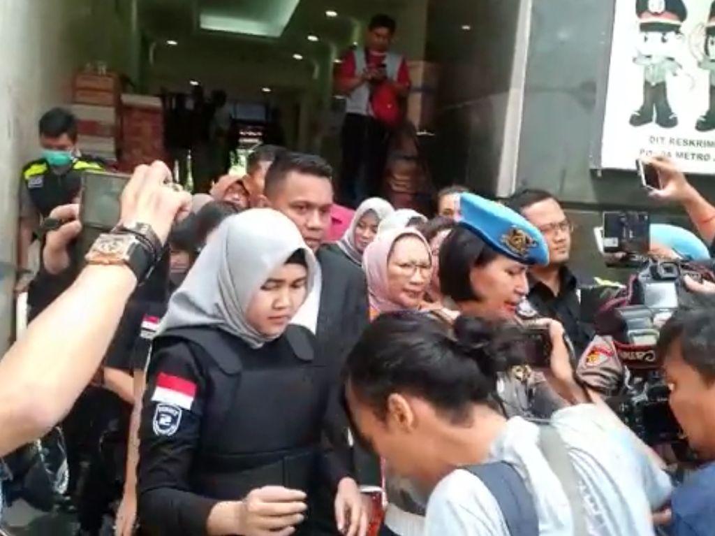 Polisi Kawal Ketat Penyerahan Ratna Sarumpaet ke Kejati DKI