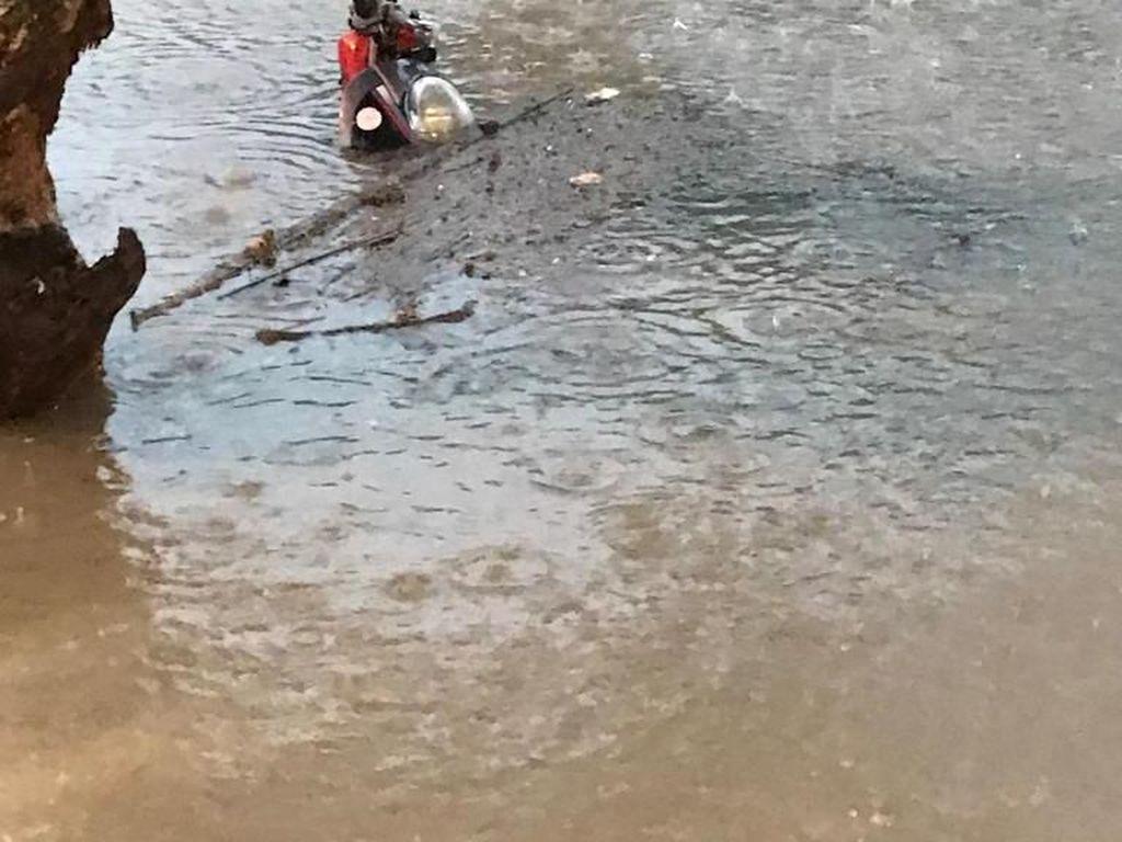 Hujan Lebat Juga Rendam Kawasan Elit di Surabaya Barat