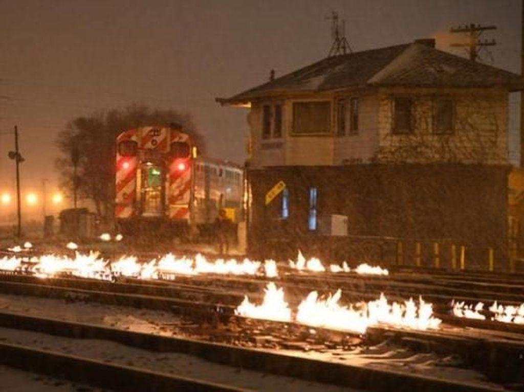 Saat Rel Kereta di Chicago Dibakar karena Cuaca Super Dingin