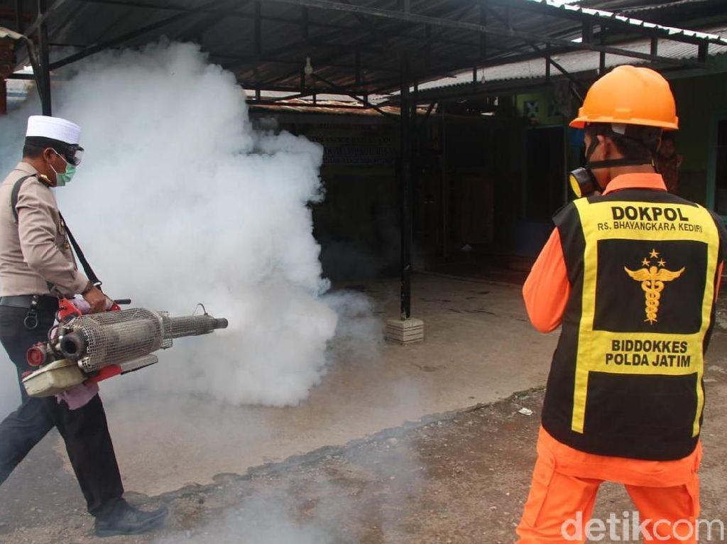 Demam Berdarah Mewabah, Kapolres Blitar Fogging Pondok Pesantren
