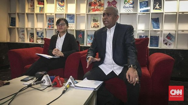 Ketua Komite Ad Hoc Integritas PSSI Ahmad Riyadh (kanan).
