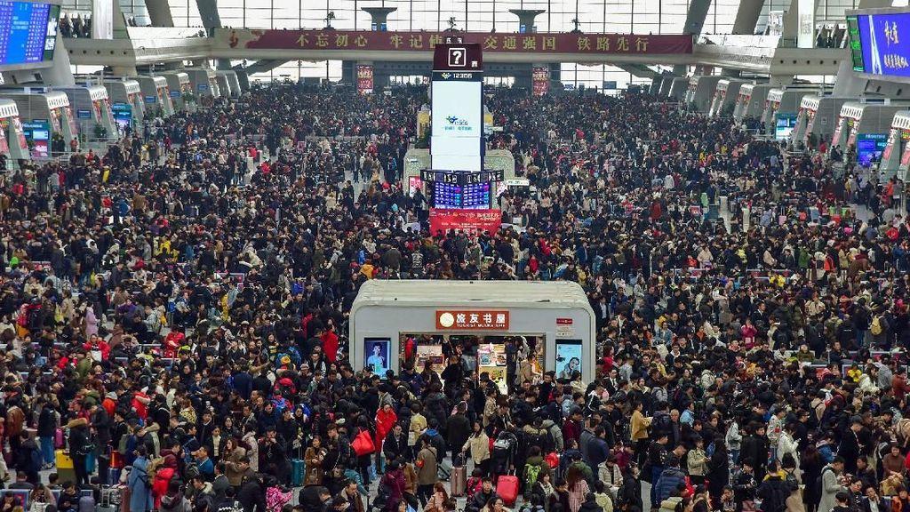 Potret Penuh Sesak Stasiun Kereta di China Jelang Imlek