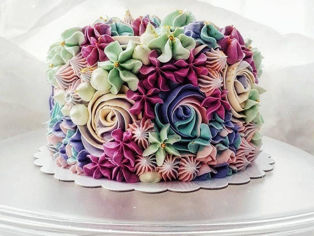Baker Ini Buat Cake Berhias Floral Butter Cream yang Cantik