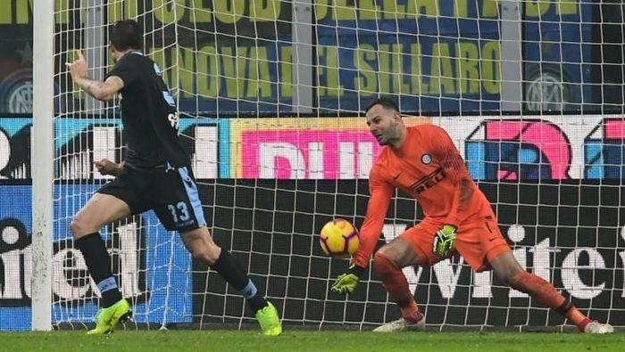 Samir Handanovic membuat sejumlah penyelamatan penting meski pada akhirnya Inter Milan disingkirkan Lazio di perempatfinal Coppa Italia (Foto: Miguel MEDINA / AFP)