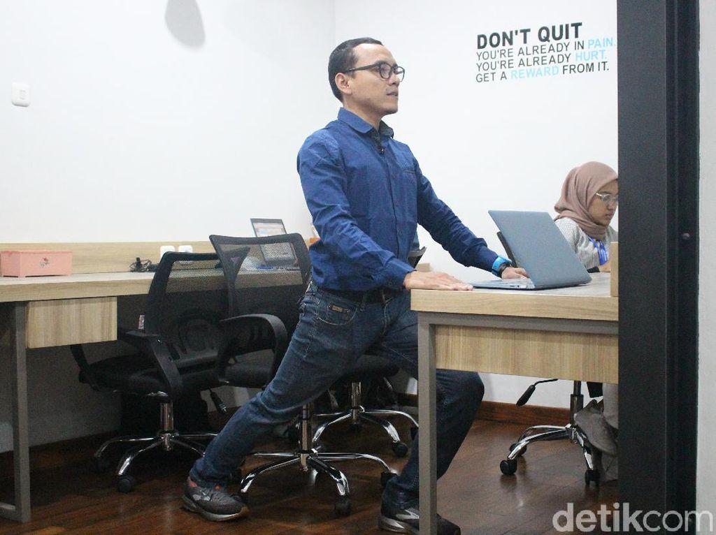 Tips Peregangan Praktis Buat Pekerja Kantoran yang Super Sibuk
