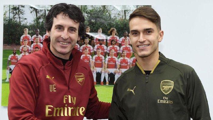 Manajer Arsenal Unai Emery bersama Denis Suarez. (Foto: Twitter @Arsenal)