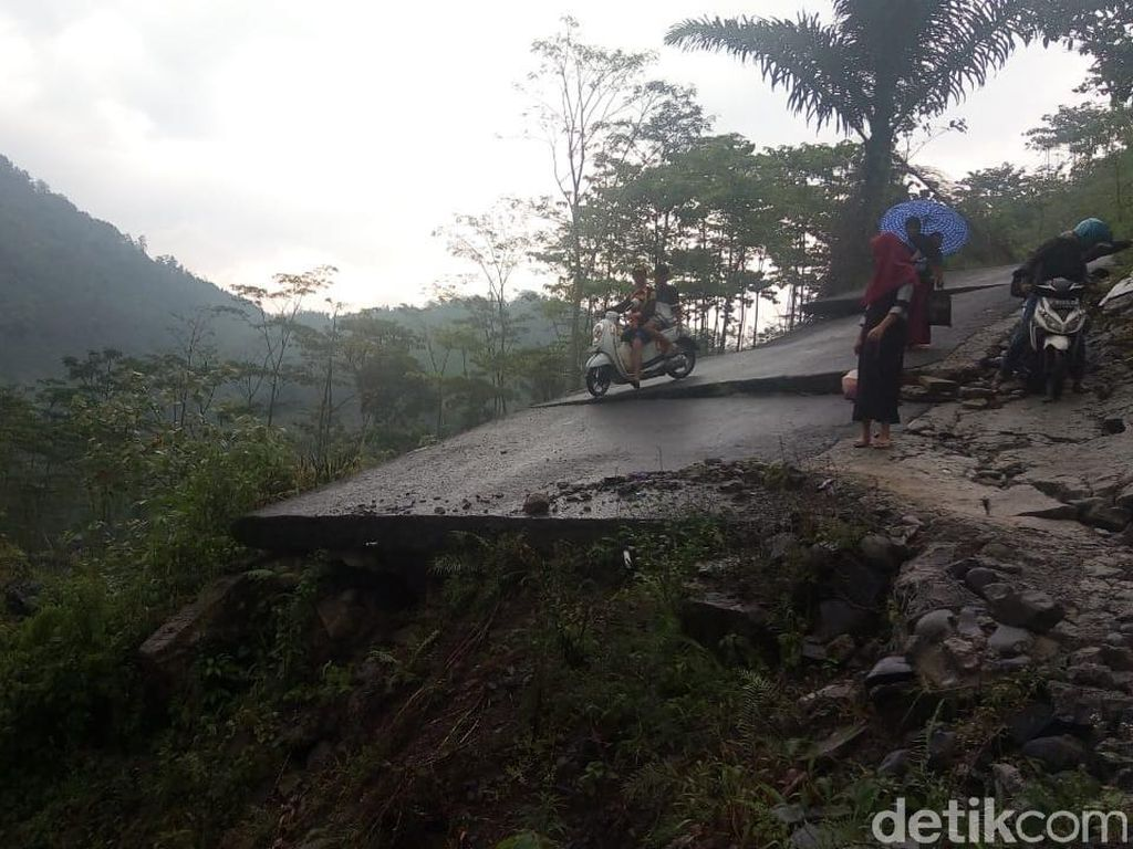 Desa di Banjarnegara Ini Terisolir Sejak 2017 Karena Jalan Putus