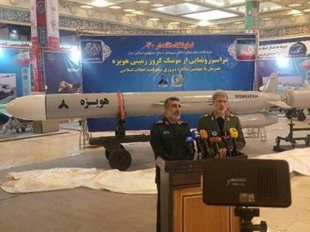 Iran Pamerkan Rudal Terbaru, Diklaim Mampu Melesat Sejauh 1.350 Km