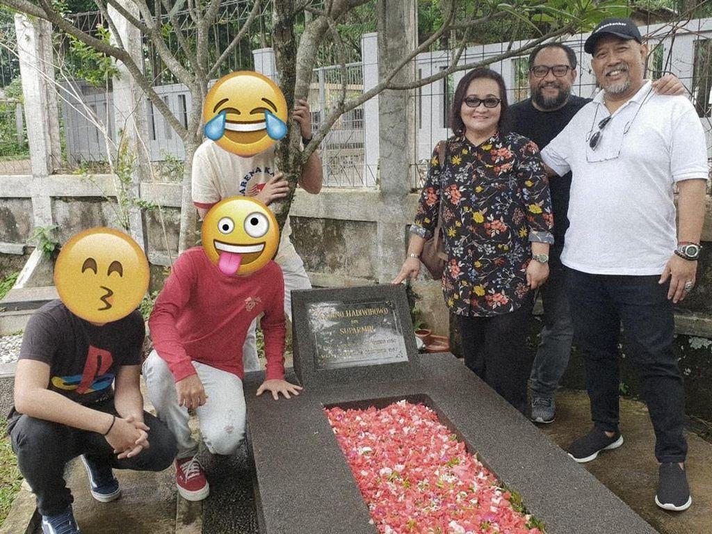 Indro Ziarah ke Makam dengan 3 Aktor Beda, Warkop DKI Reborn Digarap Lagi?