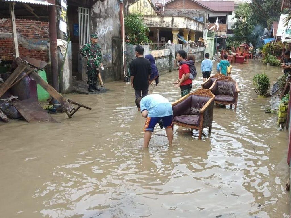 Kodam Merdeka Bantu Evakuasi Korban Banjir dan Longsor di Manado