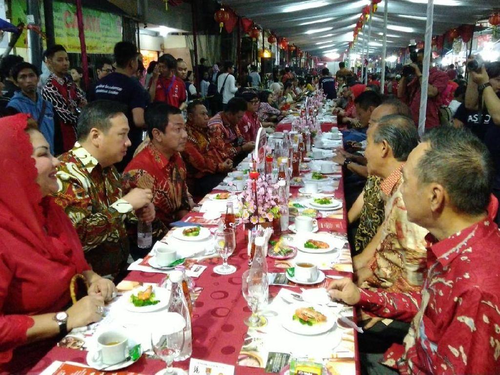 Potret Jamuan Meja Panjang, Tradisi Jelang Imlek di Semarang