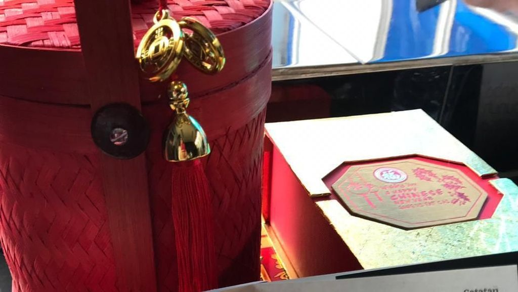 Foto: Bingkisan Merah Lieus-Jaya Suprana untuk Ahmad Dhani