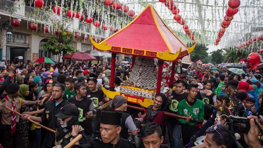 Ribuan Warga Rebutan Kue Keranjang di Solo
