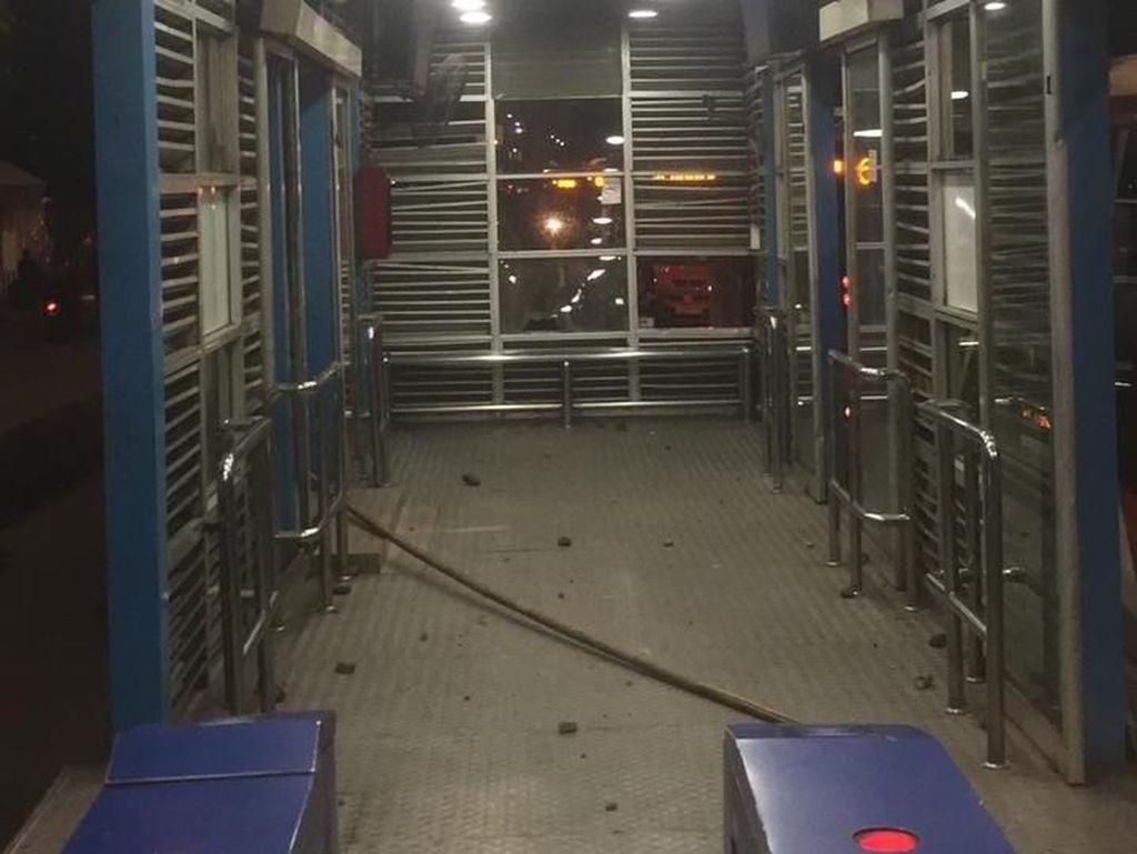 Foto: Kerusakan Halte TransJ Pasar Rumput Gara-gara Tawuran