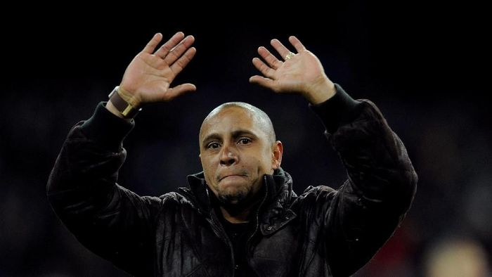 MADRID, SPAIN - FEBRUARY 12:  Former Real Madrid player Roberto Carlos waves to supporters after he was presented with a trophy for his achievements at the club by president Florentino Perez during the La Liga match between Real Madrid and Levante  at Estadio Santiago Bernabeu on February 12, 2012 in Madrid, Spain.  (Photo by Denis Doyle/Getty Images)