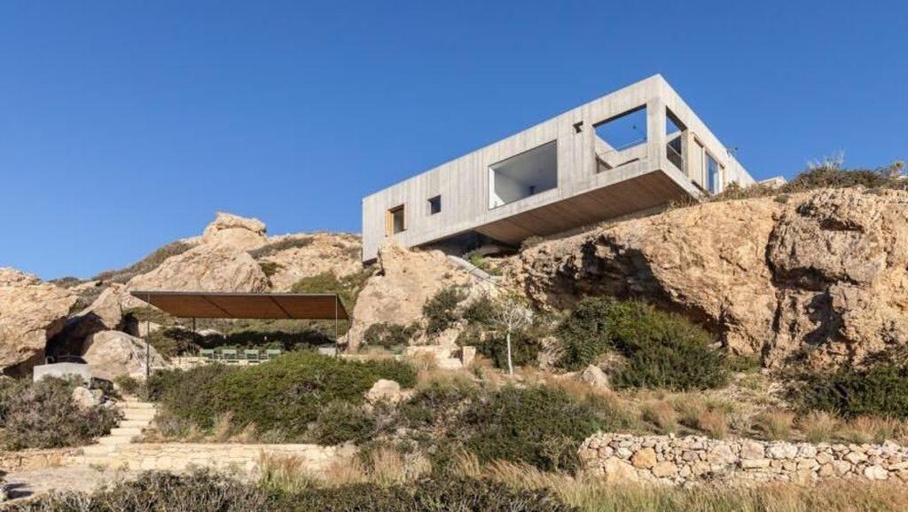 Ngeri, Rumah Mewah Ini Berdiri di Pinggir Jurang Hampir Jatuh