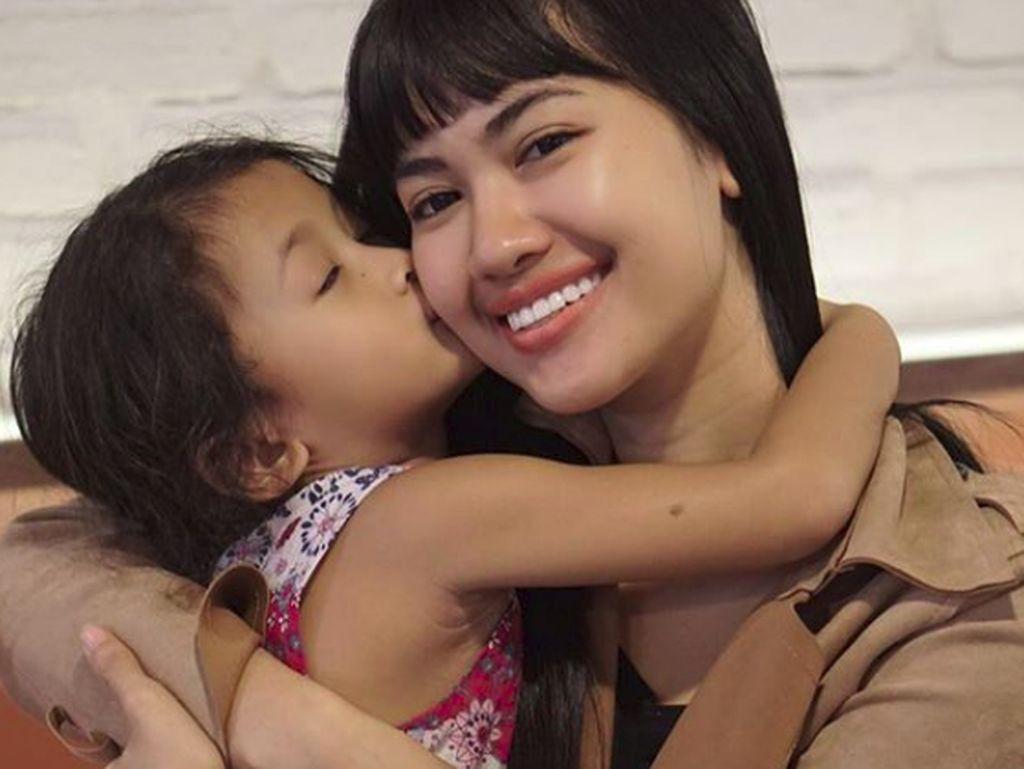 Momen Manis Della Perez dengan Buah Hati Tercinta