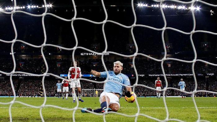 Aguero mencetak gol menggunakan tangan saat Manchester City menang 3-1 atas Arsenal (REUTERS/Andrew Yates)