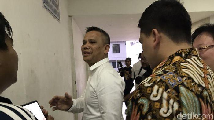 Dirut PT LIga Indonesia, Berlinton Siahaan, usai dimintai keterangan oleh Satgas Anti Mafia Bola.  (Redzi Pratama/detikSport)