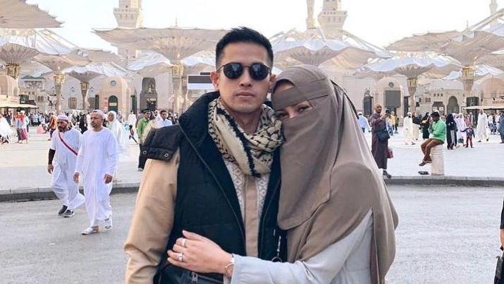 Foto: Gaya Olla Ramlan Pakai Hijab Saat Umrah, Syari Hingga Bercadar