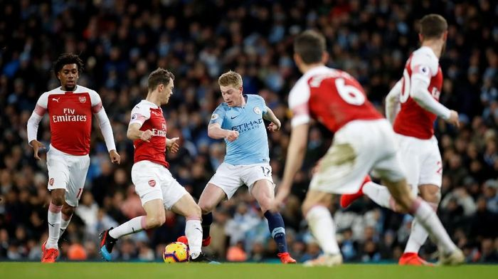Soccer Football - Premier League - Manchester City v Arsenal - Etihad Stadium, Manchester, Britain - February 3, 2019   Manchester Citys Kevin De Bruyne in action with Arsenals Stephan Lichtsteiner    Action Images via Reuters/Carl Recine    EDITORIAL USE ONLY. No use with unauthorized audio, video, data, fixture lists, club/league logos or