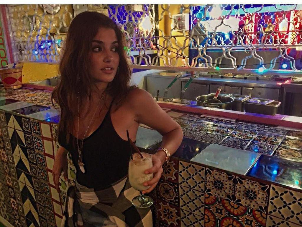 Dinobatkan Sebagai Wanita Tercantik di Dunia, Hande Erçel Ternyata Penggemar Wine