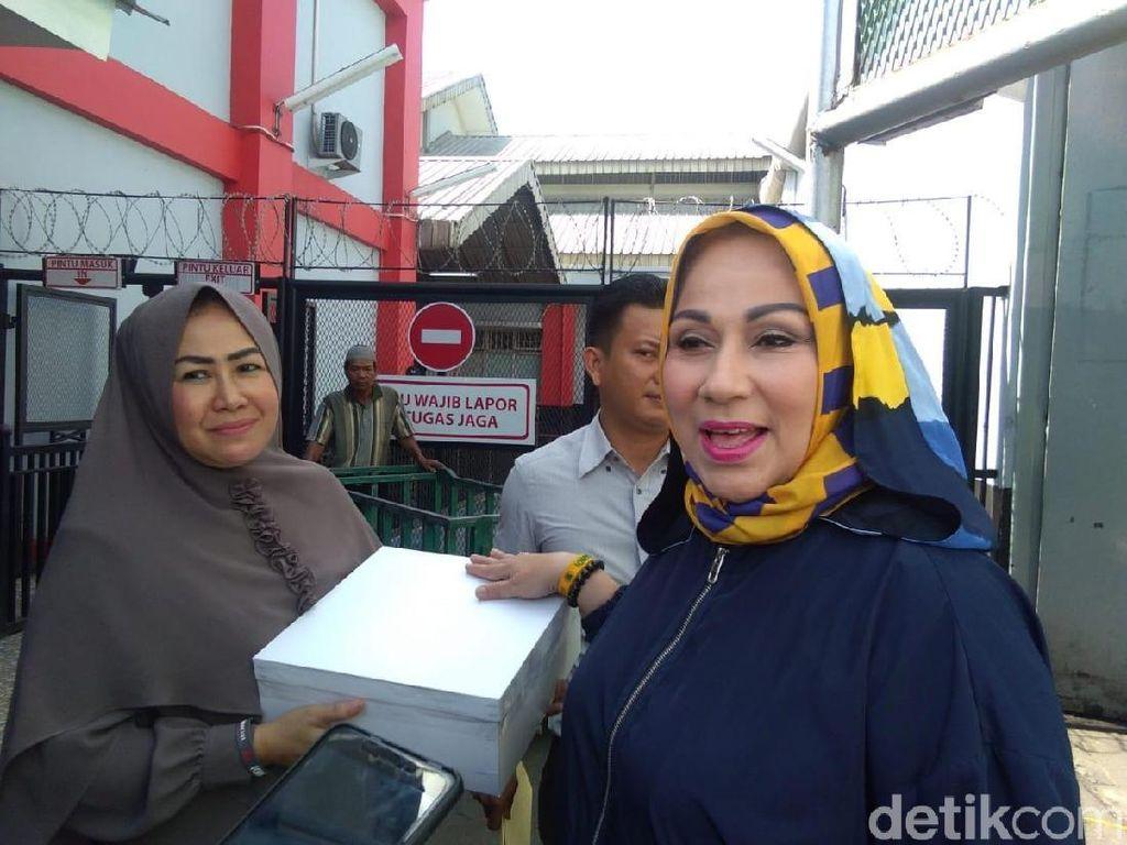 Bawa Donat Kampung, Camelia Malik Jenguk Ahmad Dhani di Cipinang