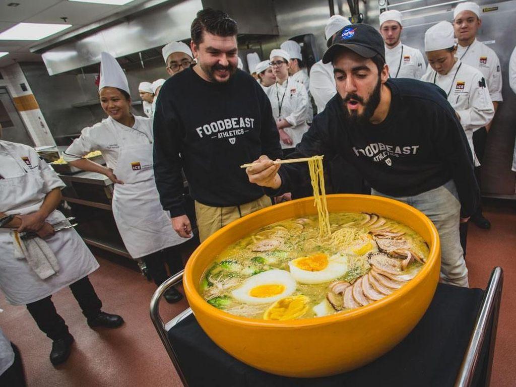 Mahasiswa Kuliner Ini Racik Ramen Raksasa Seberat 22 Kilogram