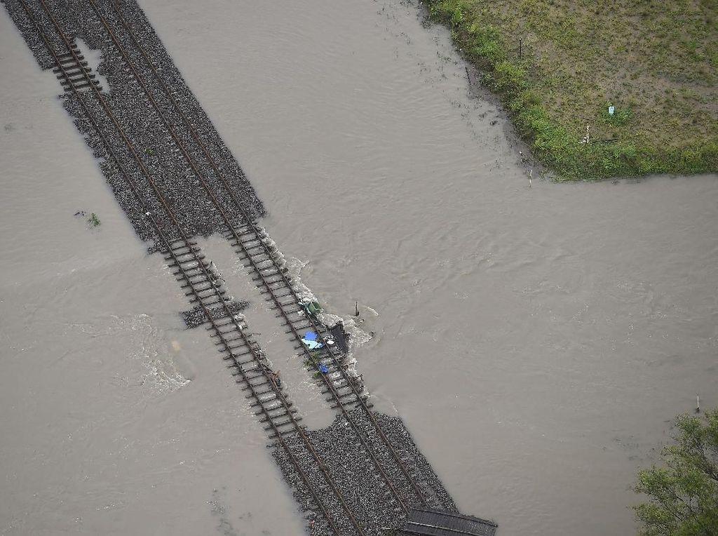 Detik-detik Banjir Sekali Seabad Australia Tenggelamkan Rel