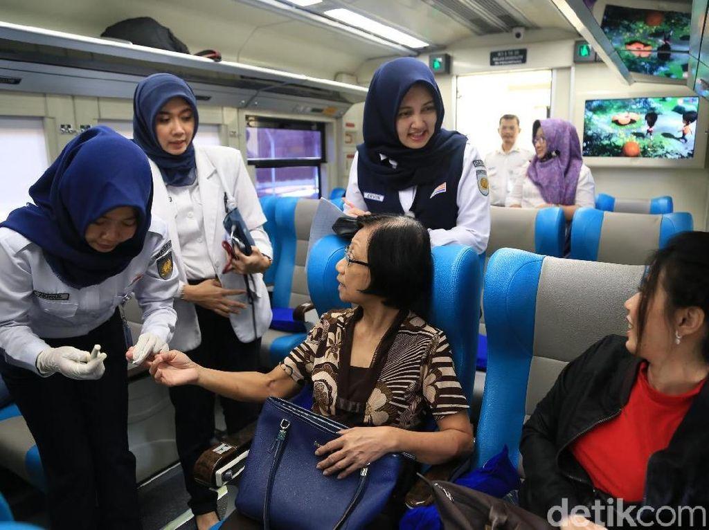 Saat Penumpang KA Stasiun Gubeng Kaget Dicek Kesehatannya