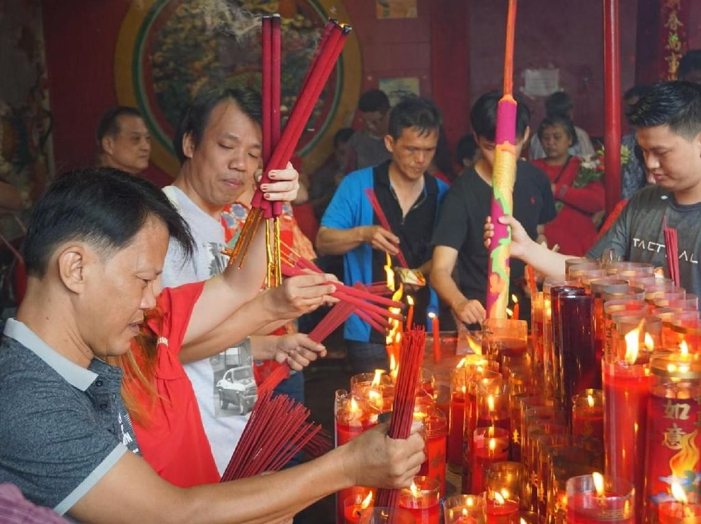 Warga Mulai Datangi Vihara Dharma Bakti di Jakbar untuk Ibadah Imlek