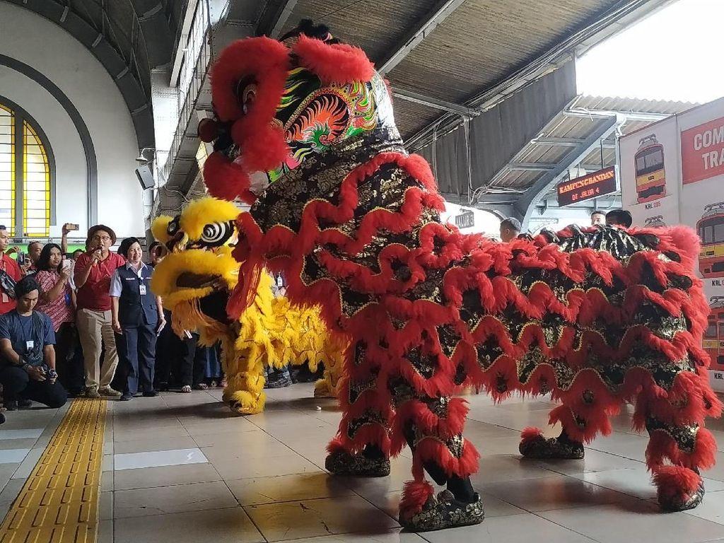 Pertunjukan Barongsai Semarakkan Imlek di Stasiun Jakarta Kota