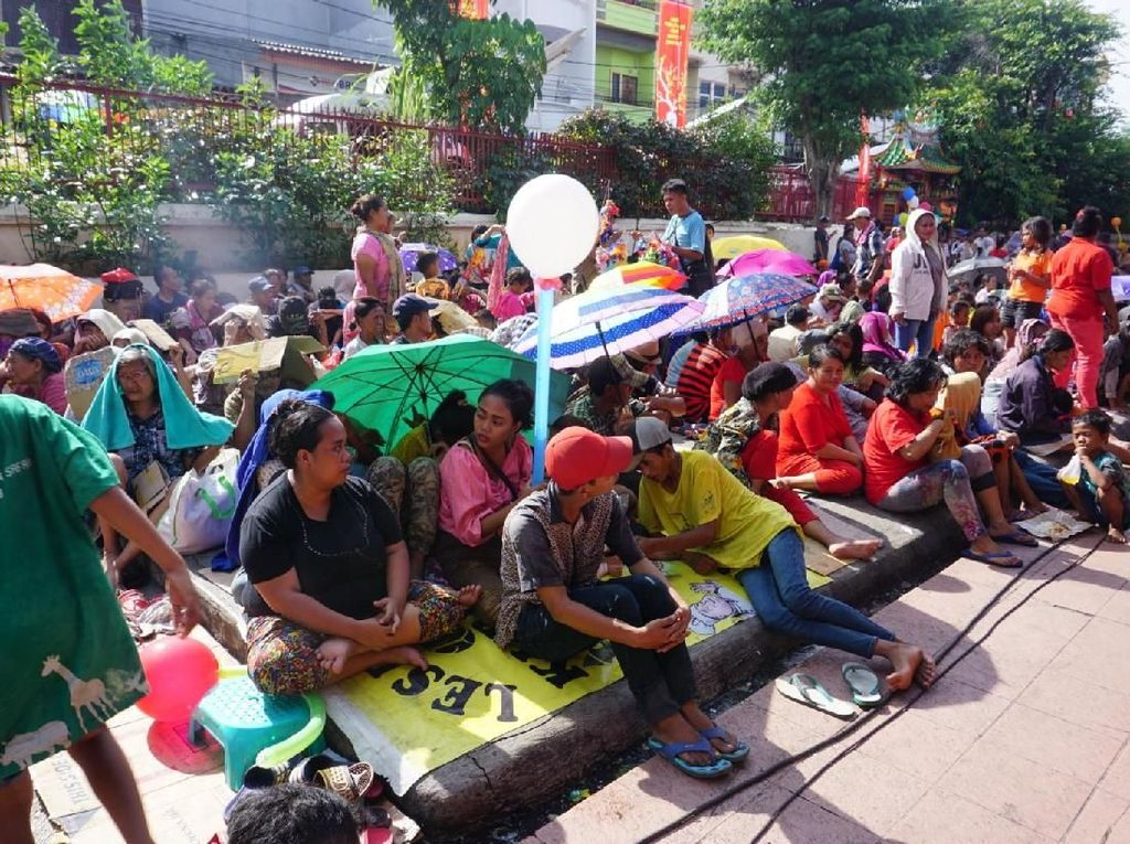 Warga Mulai Berkumpul Minta Angpao di Halaman Vihara Dharma Bhakti