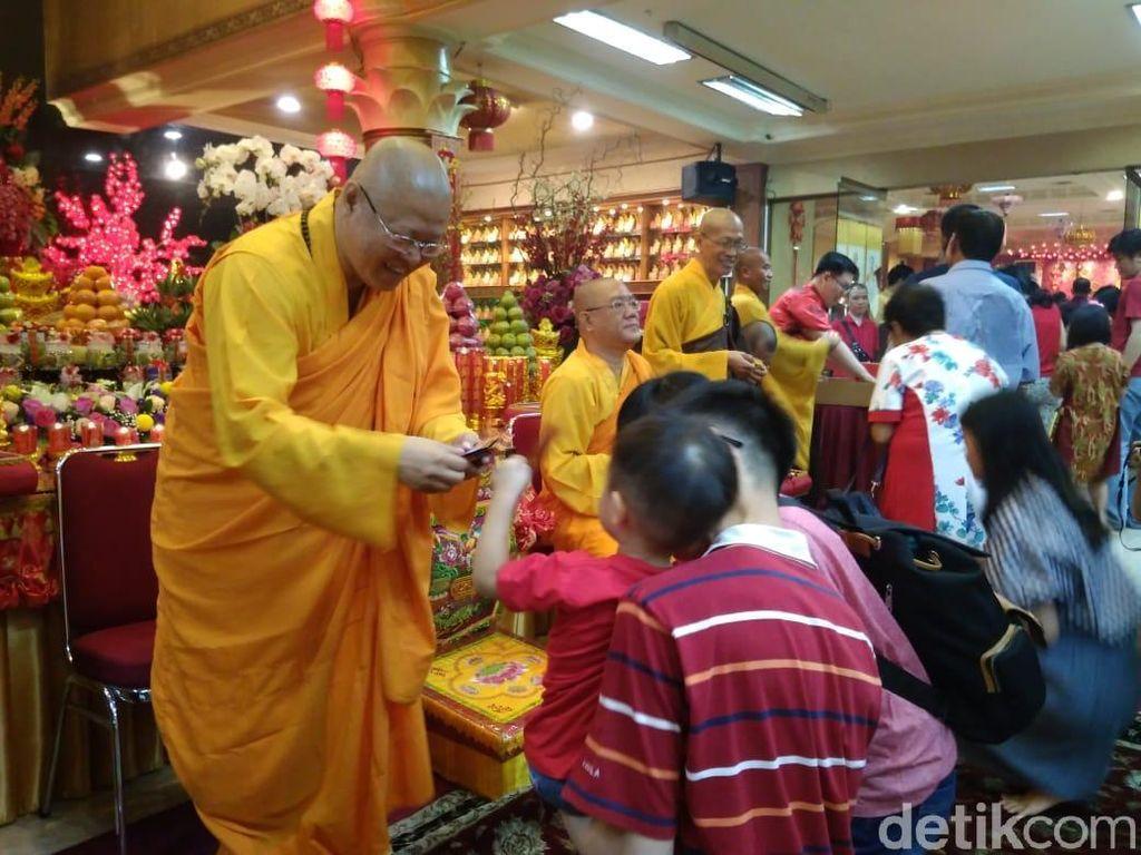 Imlek di Vihara Ekayana Arama Jakbar: Khusyuk Ibadah hingga Bagi-bagi Angpao