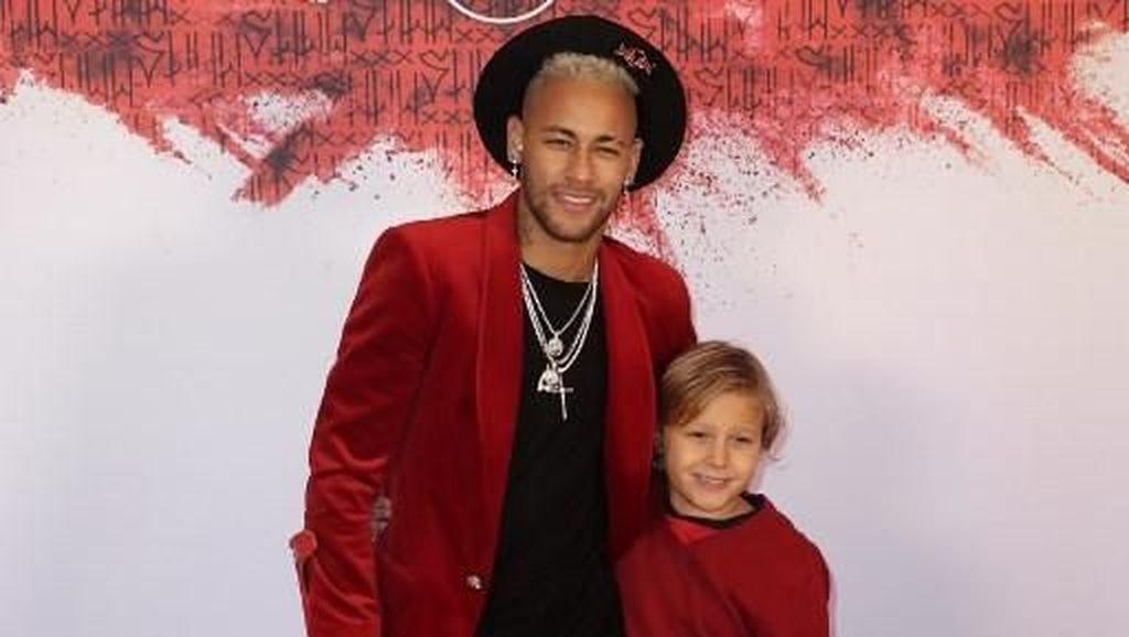 Foto: Gaya Neymar Berdiri Pakai Tongkat dan Sepatu Nike Bertuliskan Namanya