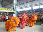 Barongsai dan Liang Liong Hibur Calon Penumpang Bandara Juanda