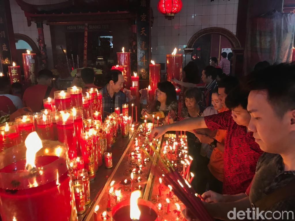 Potret Khusyuk Umat Ibadah Imlek di Klenteng Hok Lay Kiong Bekasi
