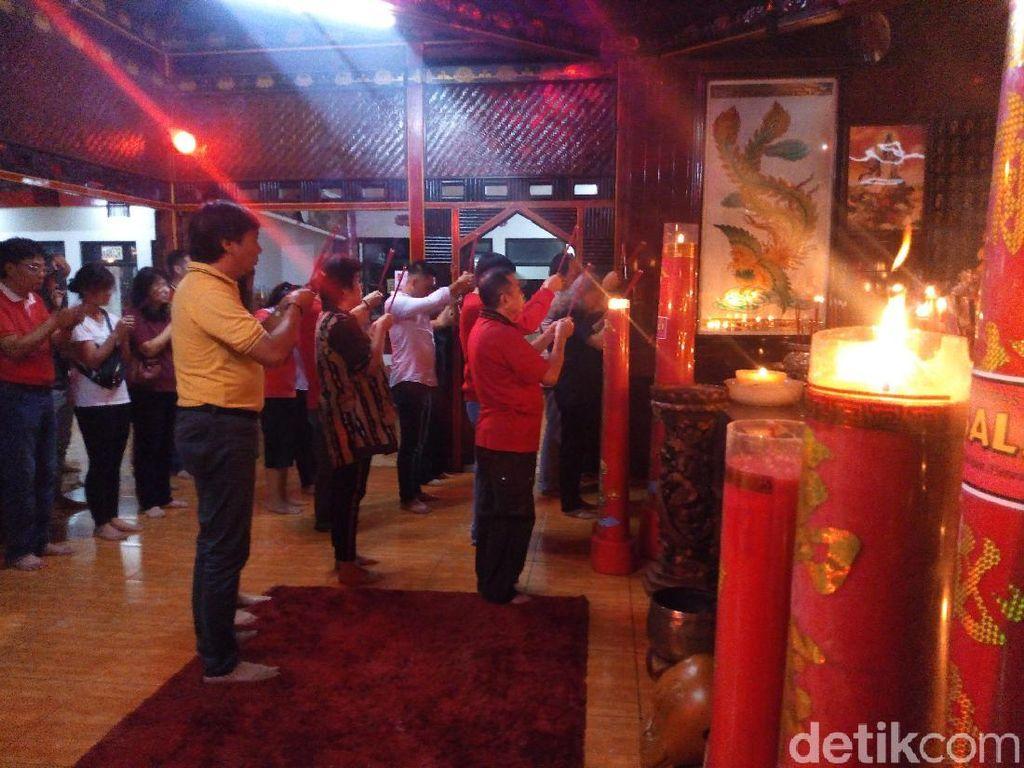 Melihat Khusyuknya Ibadah Imlek di Vihara Sri Kukus Redjo Semarang