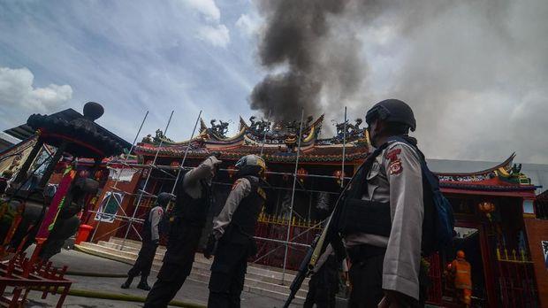 Petugas kepolisian berjaga di sekitar lokasi kebakaran di Vihara Satya Budhi, Bandung.