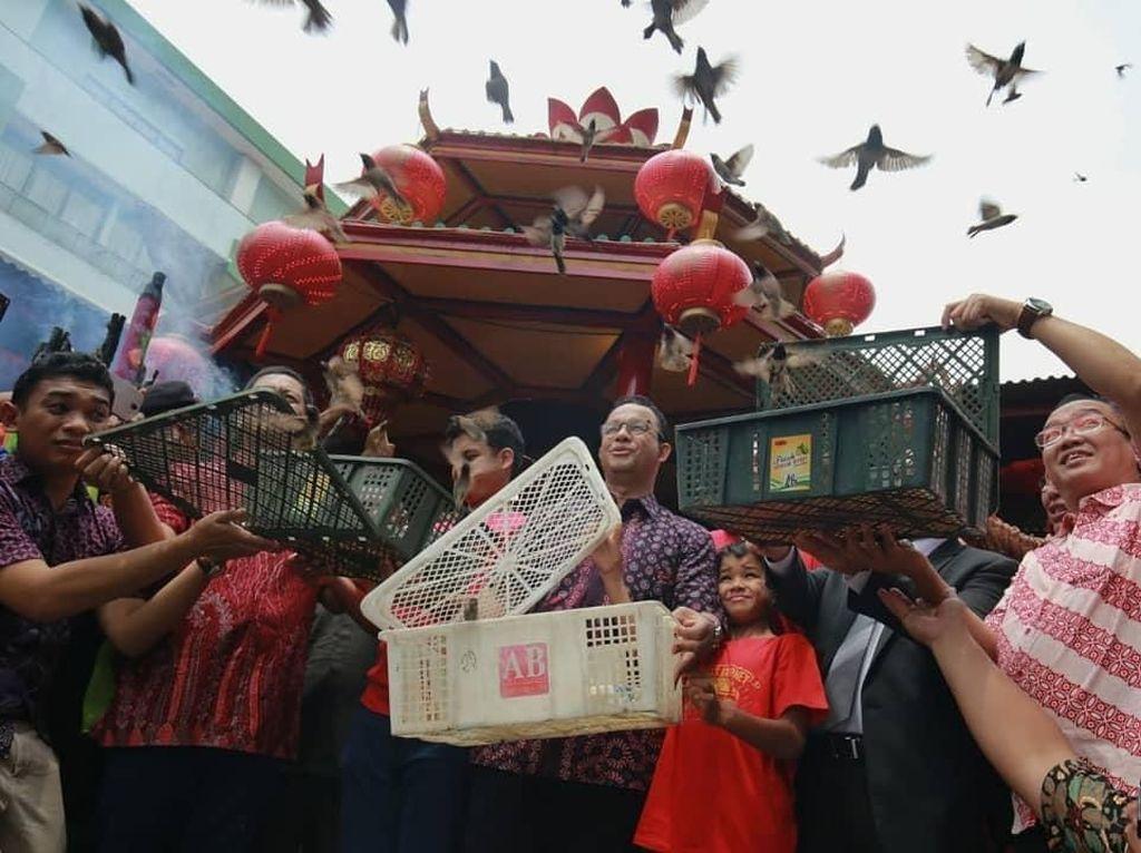 Potret Anies Saat Imlek: Lepas Burung hingga Beli Baju Cheongsam