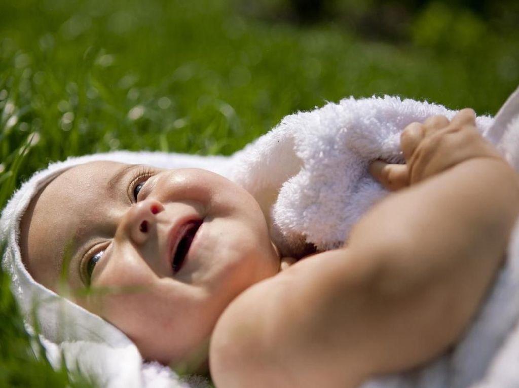 Cara Tepat Menjemur Bayi di Pagi Hari