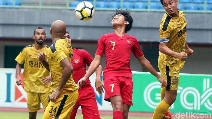 Timnas Indonesia U-22 ditahan imbang Bhayangkara FC 2-2. (Rengga Sancaya/detikSport)