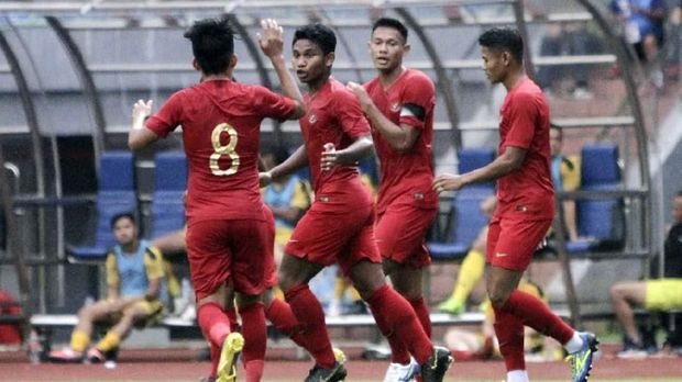 Timnas Indonesia U-22 unggul lebih dulu lewat gol Andy Setyo dan Gian Zola.