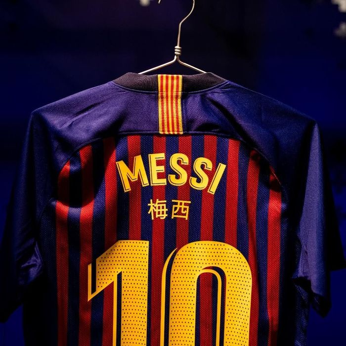 Penulisan nama pemain menggunakan aksara China merupakan bagian dari perayaan tahun baru China yang jatuh pada Selasa (5/3/2019) kemarin. (Instagram @fcbarcelona)